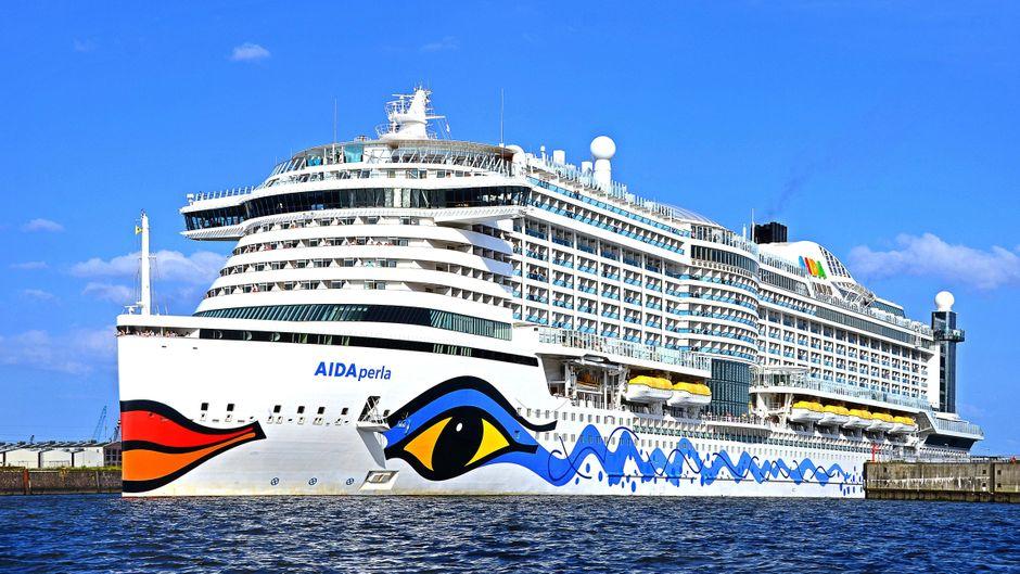 """Das Kreuzfahrtschiff """"Aida Perla"""" vor Hamburg."""