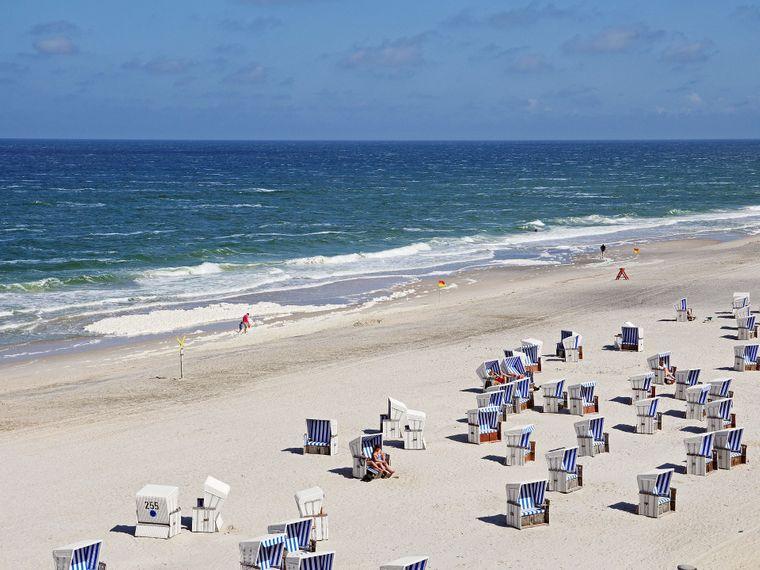 Sylt: Im Herbst sind die Strandkörbe überwiegend leer. Ein gemütlicher Spaziergang am Strand ist trotzdem drin.
