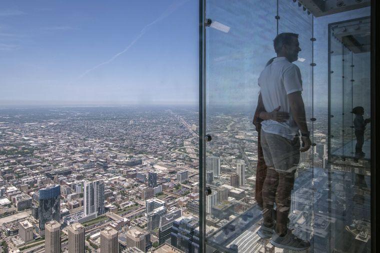 Und so sieht der Nervenkitzel über Chicago aus einer anderen Perspektive aus.