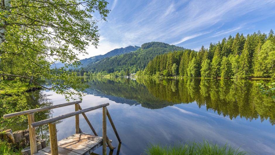 Der wunderschöne Schwarzsee in Kitzbühel lädt zum Verweilen ein.