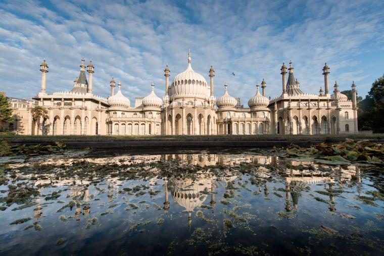 Weil der Prince of Wales und spätere König Georg IV. sich den Royal Pavilion als eine Art Lustschloss an der See erbauen ließ, wurde Brighton einst zu einem mondänen Seebad.