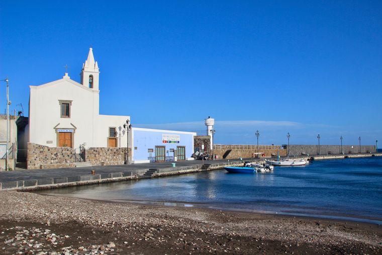 Die Marina Corta auf Lipari lädt zu einem Spaziergang ein.