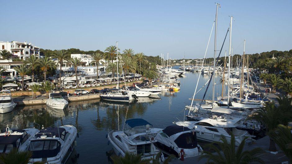Die Marina von Cala d'Or sollte unbedingt auf deiner Sightseeing-Liste stehen. Hier kannst du tolle Yachten bestaunen und in eines der Restaurants an der Promenade einkehren.