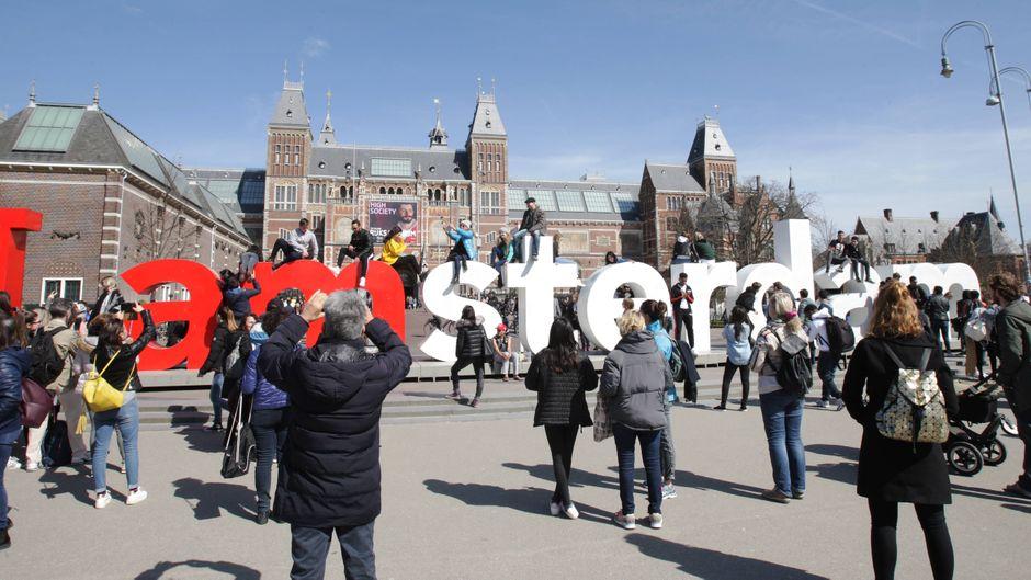 Urlauber nehmen Amsterdam ein: Der Tourismus soll in Zukunft strenger geregelt werden. (Symbolfoto)