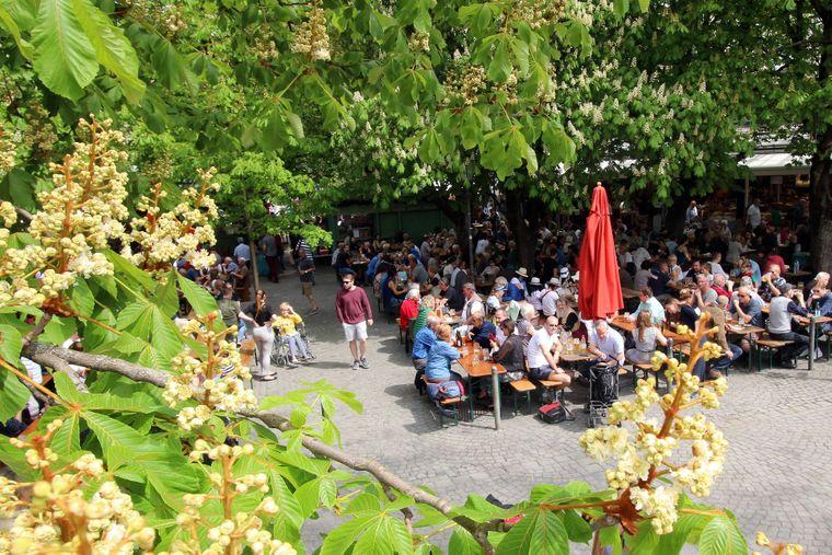 Der Biergarten auf dem Viktualienmarkt in München ist ein Klassiker unter den Freiluft-Lokalen.