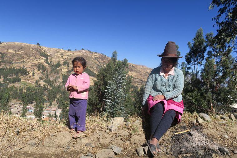 Mutter mit Tochter im Andendörfchen Vico