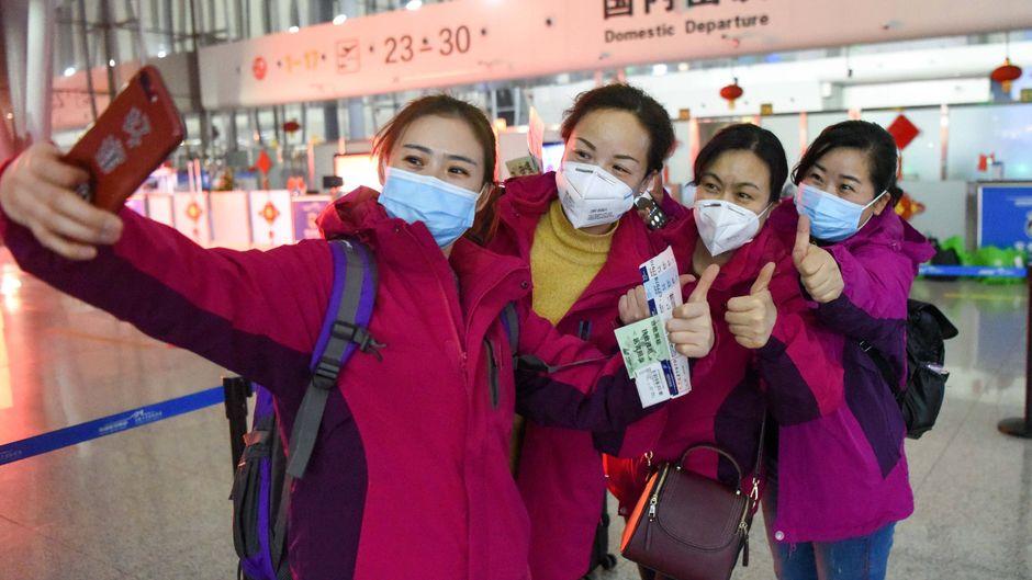 Medizinische Mitarbeiterinnen mit Mundschutz machen ein Selfie vor ihrer Abreise nach Wuhan, dem Epizentrum des Coronavirus-Ausbruchs.