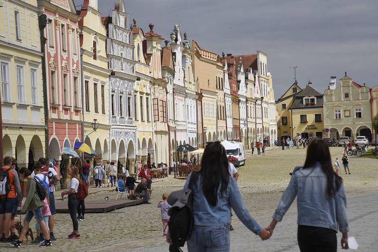 Der historische Marktplatz von Telč – hier sind alle der bunten Steinhäuser miteinander verbunden.