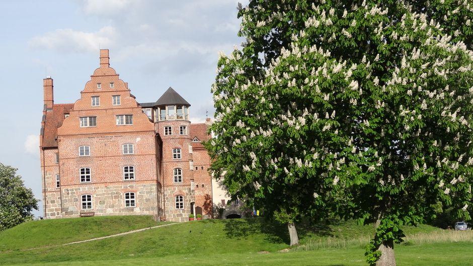 Der Besuch von Schloss Ulrichshusen lohnt sich nicht nur während das alljährlichen Klassikfestivals. Es ist auch eine edle Bleibe für Reisende.