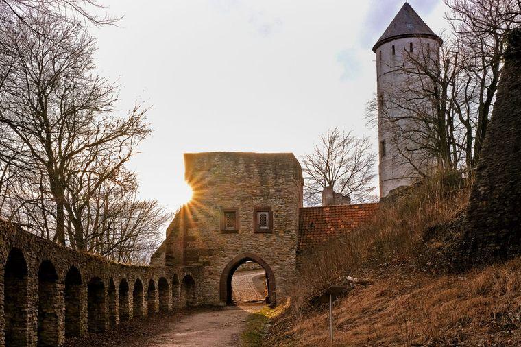 Die Burg Plesse in der Abendsonne.