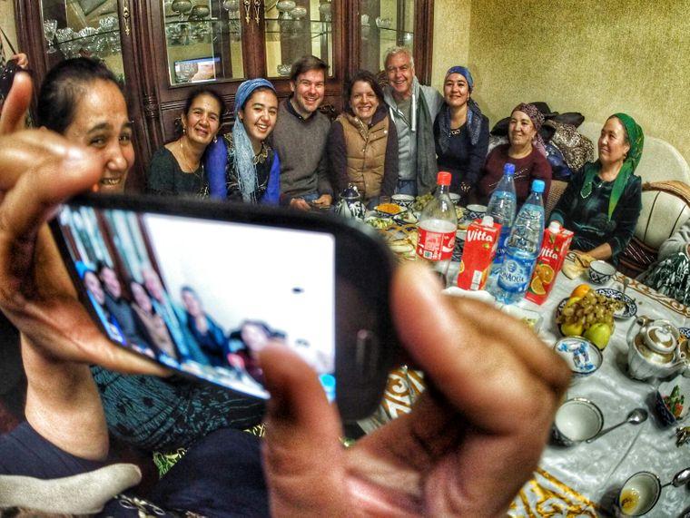 reisereporter Claus Lingenauber (vierter von rechts) bei einer usbekischen Familienfier in Chiwa.