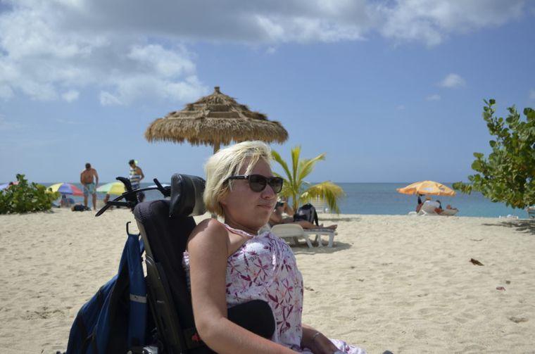 Jenny Bießmann am Strand von St. George's in Grenada