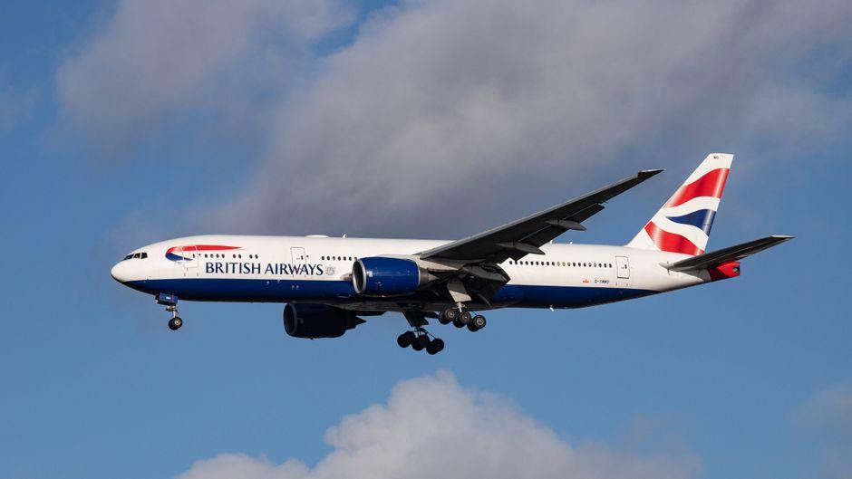 Eine Boeing 777-200 von British Airways in der Luft.