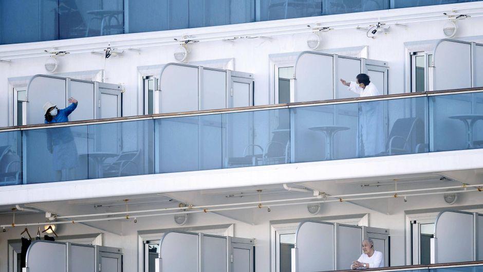 """Passagiere auf dem Schiff """"Diamond Princess"""" winken sich zu. (Symbolfoto)"""