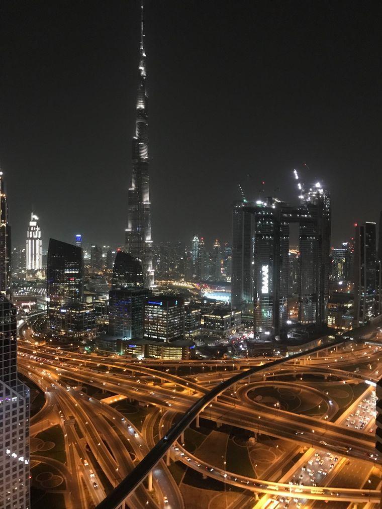 Wie eine riesige Rakete aus Stahl, Beton und Licht: Der Burj Khalifa in Dubai ist das höchste Gebäude der Welt.