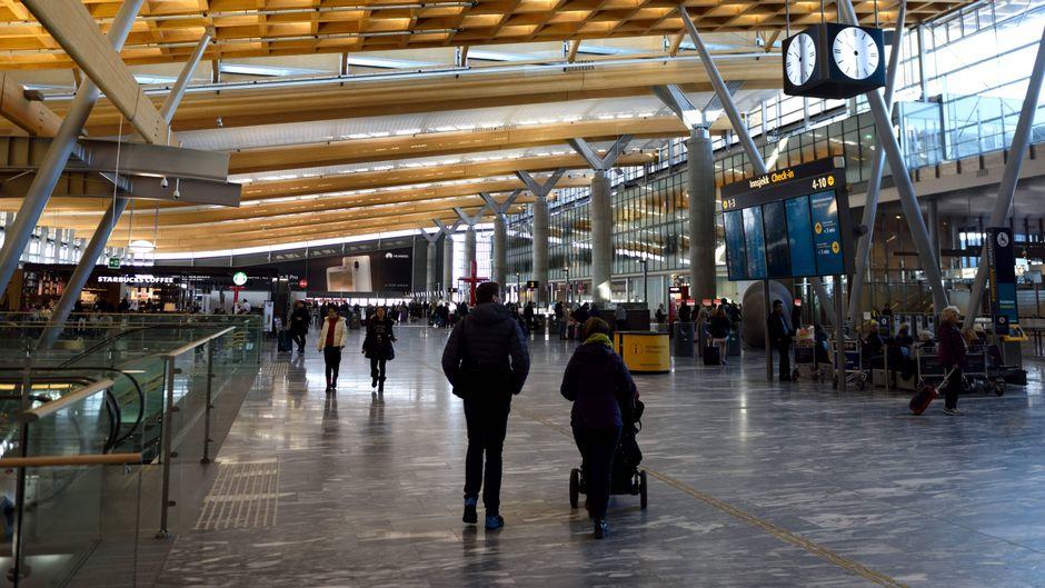 Passagiere am Flughafen in Oslo.