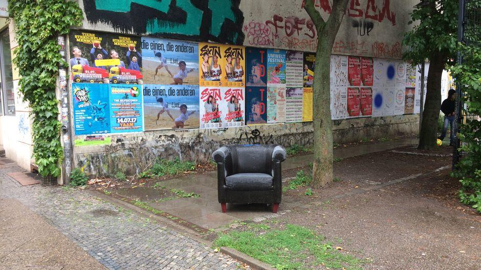 Manchmal reisen einsame Sessel durch die Straßen Kreuzbergs.
