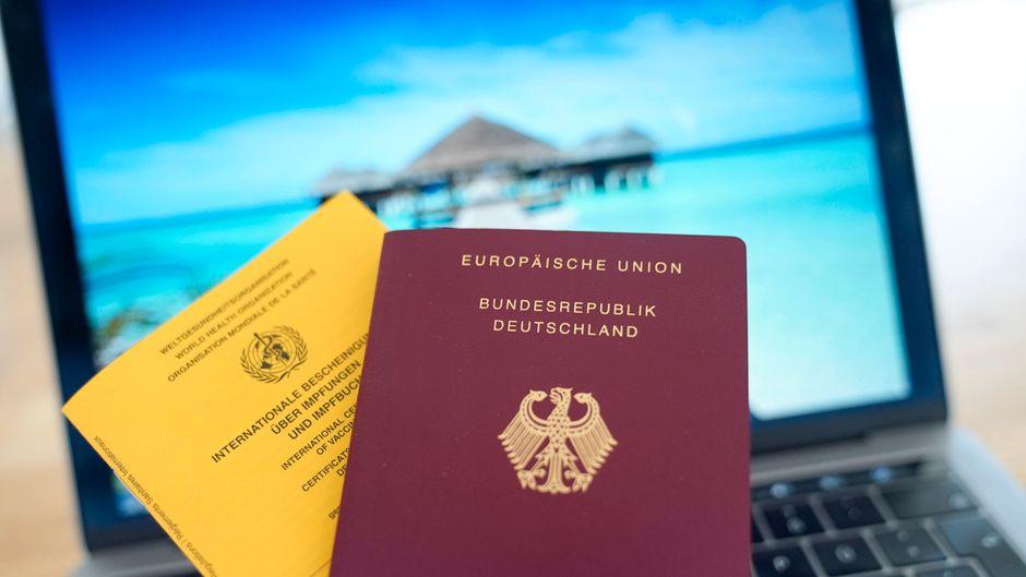 Symbolbild eines Impfpass und eines Deutschen Reisepass. In einigen Ländern genießen geimpfte Reisende schon Vorteile.