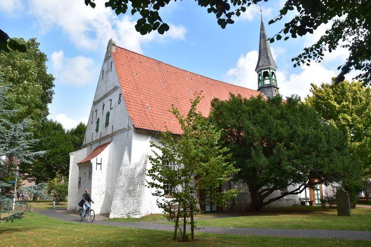 Die St. Clemens-Kirche wurde dreimal neu aufgebaut. Seit 1442 steht sie auf einer aufgeschütteten Warft. Sturmfluten können ihr hier nichts mehr anhaben.