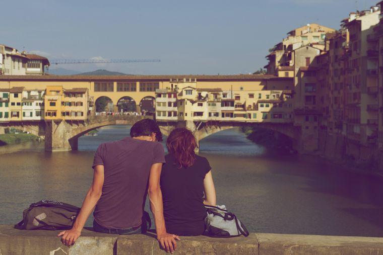 Paar auf einer Brücke in Florenz.