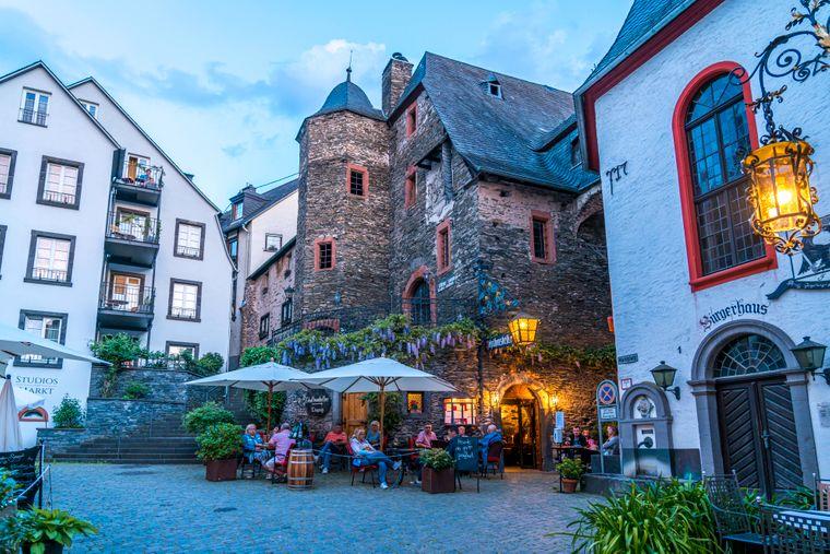 Der Zehnthauskeller am Marktplatz in Beilstein in der Abenddämmerung: Der Ort an der Mosel sieht noch heute aus wie ein verwunschenes Dorf aus vergangenen Tagen.