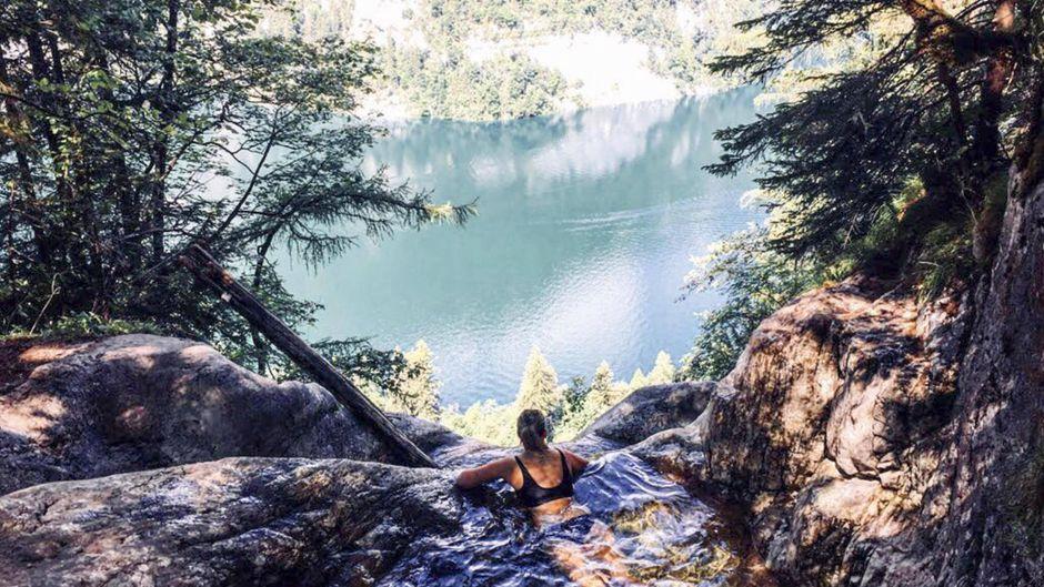 Eine Frau badet im Naturpool mit Blick auf den Königssee – für den Nationalpark ist das ein No-Go.