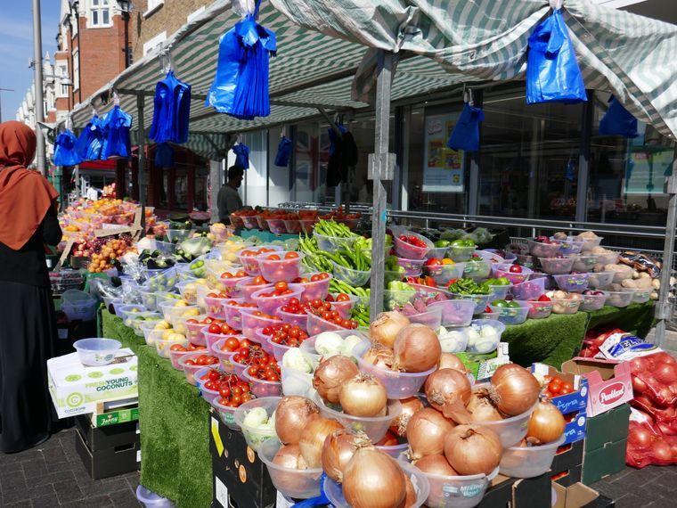 Obststand auf dem Wochenmarkt mit den typischen Schüsseln zu je einem Pfund.