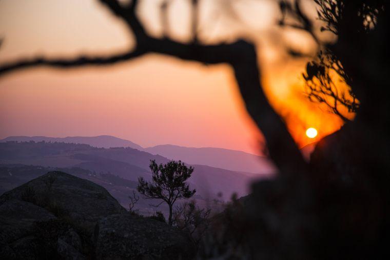 Sonnenuntergang hinter den Hügeln von Swasiland (Königreich Eswatini).
