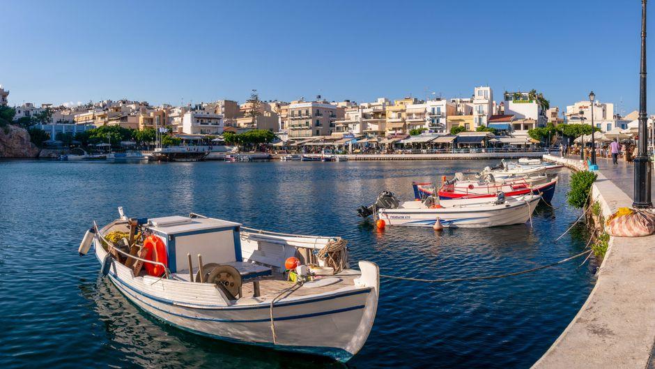 Blick über den traditionellen Hafen am Voulismeni-See in Agios Nikolaos auf der Insel Kreta.