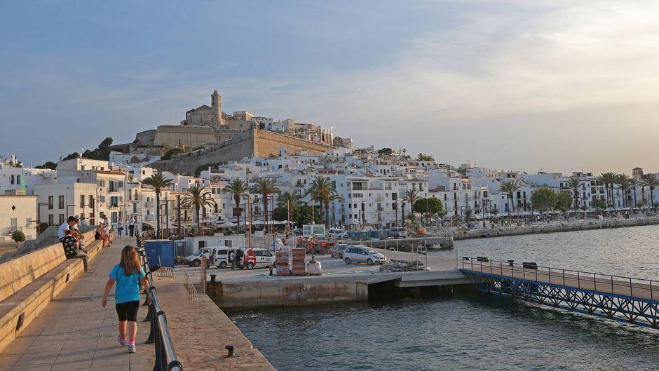 Blick auf die Altstadt von Ibiza vom Hafen aus.