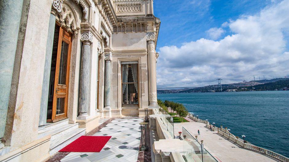 Mitten im Ciragan Palast in Istanbul befindet sich ein Luxushotel.