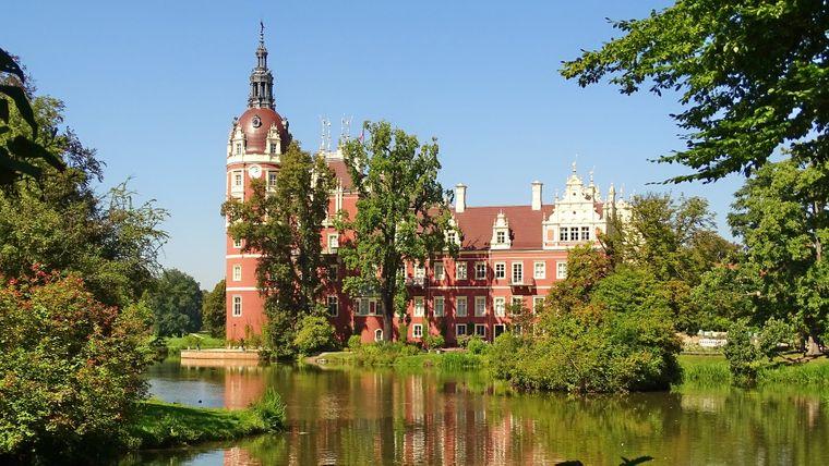 Der Park wurde nach Plänen von Hermann Fürst von Pückler-Muskau zwischen 1815 und 1845 angelegt. Das Schloss, das in letzten Kriegstagen 1945 einer Brandstiftung zum Opfer fiel, wurde beinahe vollständig wiederaufgebaut.