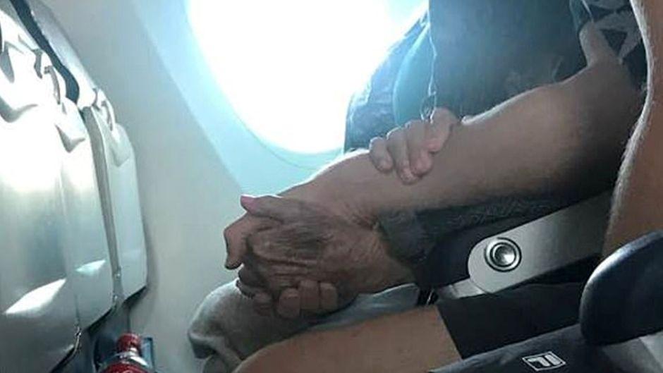 Die 96-Jährige hat Flugangst – ein junger Mann steht ihr zur Seite.