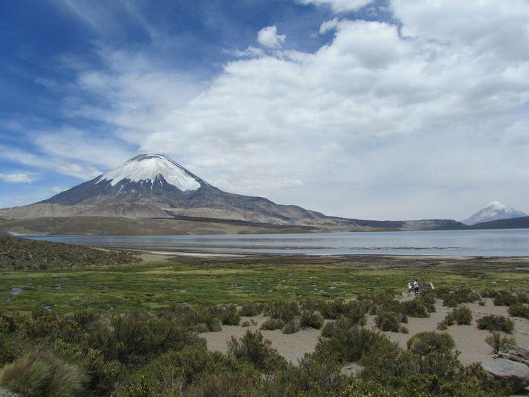 Der majestätische Vulkan Parinacota mit stets schneebedecktem Gipfel.