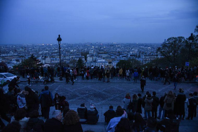 Auf dem Montmartre hatten sich zahlreiche Menschen versammelt. Auch von hier aus war der Brand in Notre-Dame zu sehen.