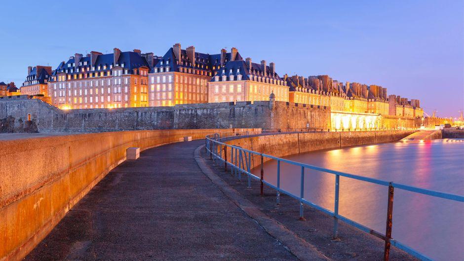 Die Altstadt der historischen Stadt Saint-Malo ist von einer hohen Granitmauer umgeben. Sie war einst eine Korsarenhochburg.