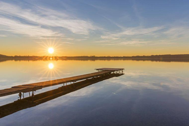 Der schöne Plöner See begleitet dich auf deiner Route.