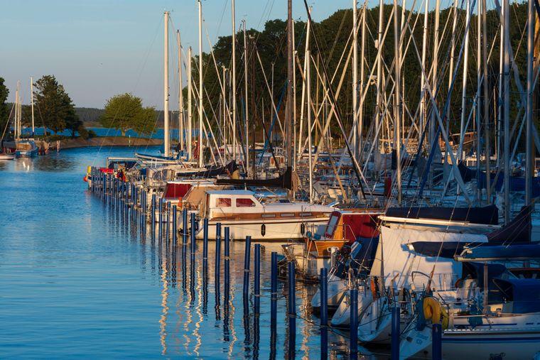 Im Hafen von Dänholm liegen heute Segelboote statt Kriegsschiffe.