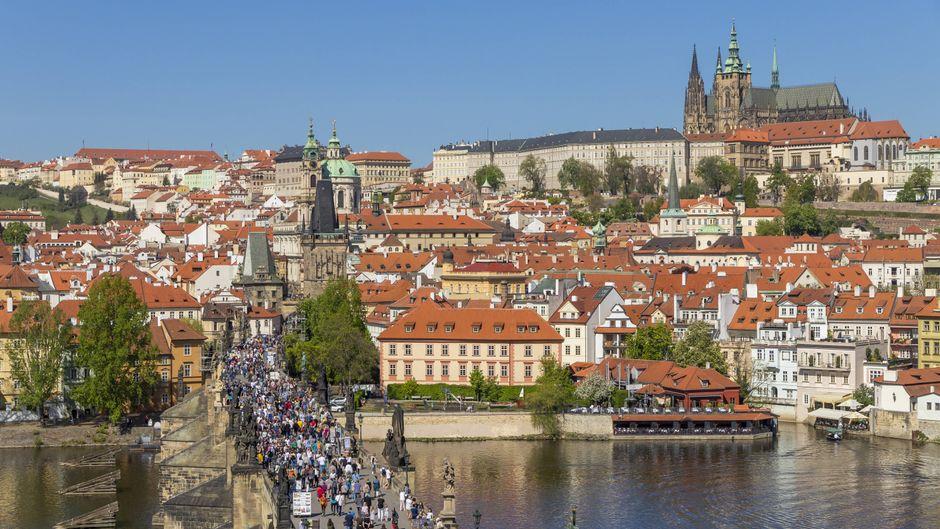 Blick über die Karlsbrücke in Prag Richtung Burg.