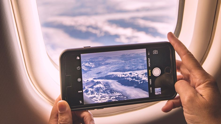 Handyfoto aus dem Fenster eines Flugzeugs.