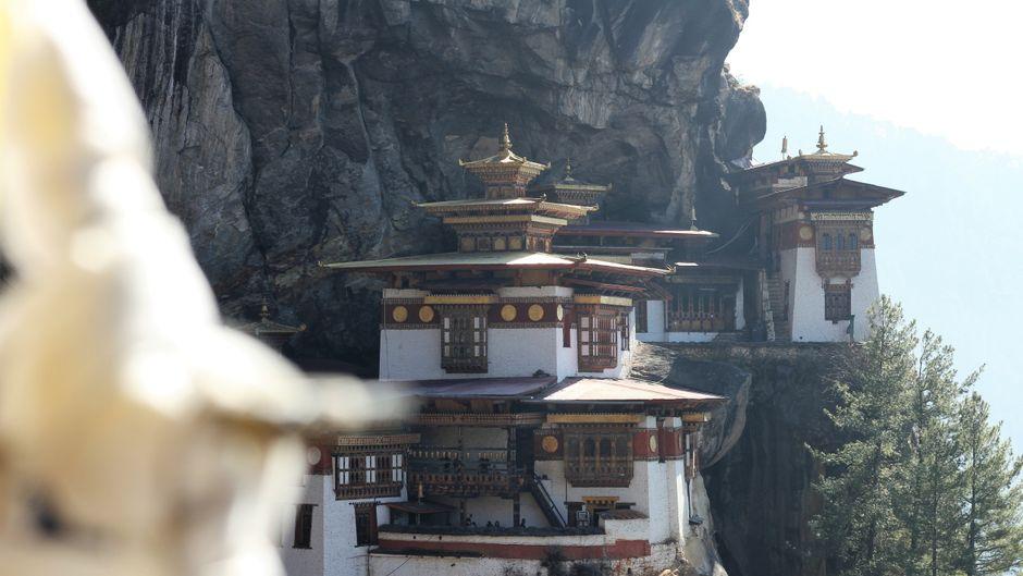 """Wer den Tempel """"Tigernest"""" besuchen will, muss einen Wanderweg nehmen und die Kamera draußen abgeben."""