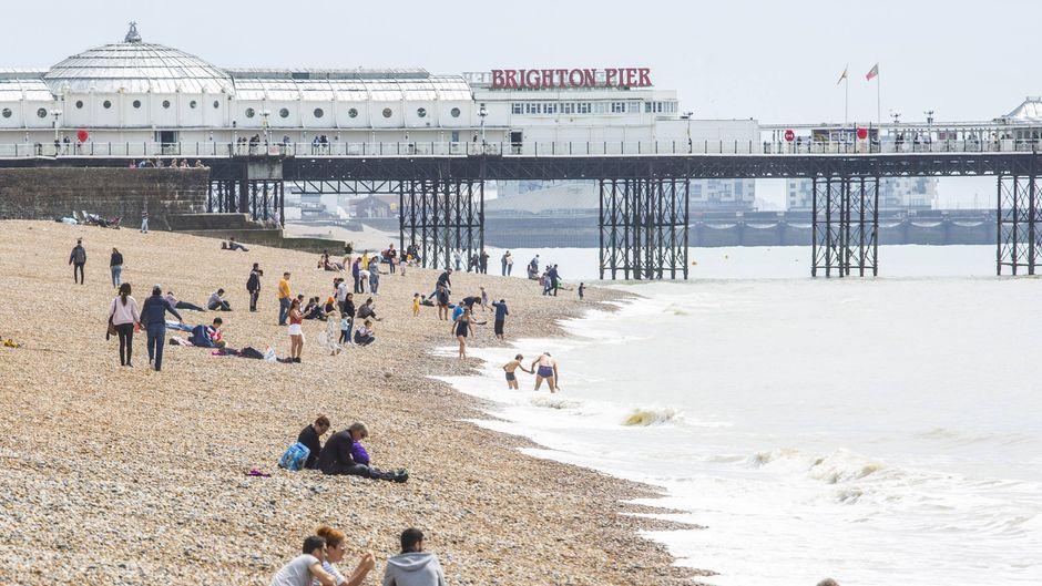 Am Stadtstrand von Brighton tummeln sich Einheimische und Touristen.