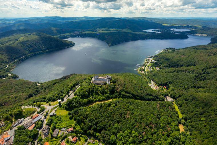 Luftbild von Waldeck am Edersee mit der Burg Waldeck in Nordhessen.