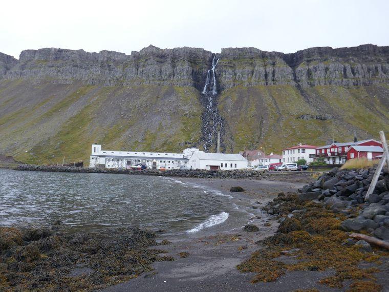 Dupavik mit Wasserfall, ehemaliger Heringsfabrik und Hotel in Rot.