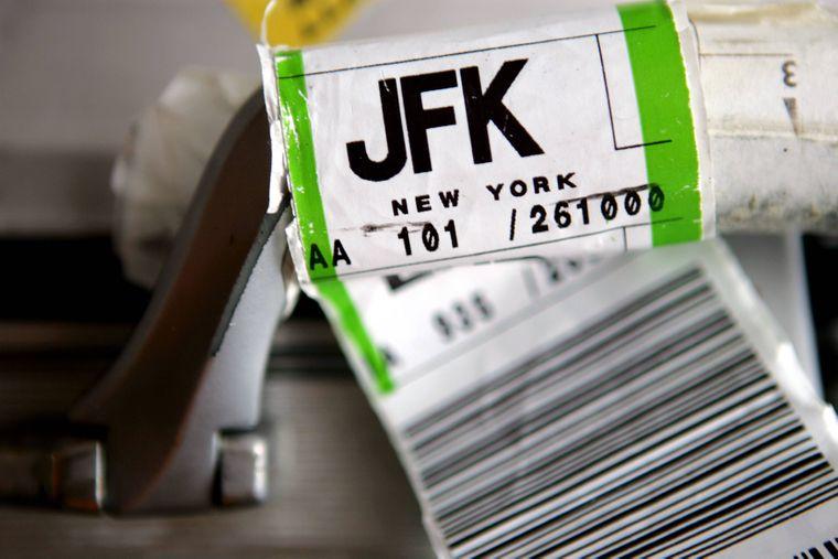 JFK-Aufkleber an einem Reisekoffer.