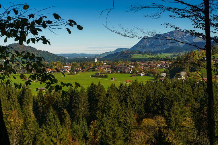Oberstdorf ist umgeben von Wiesen und Bergen – und damit der perfekte Allgäuer Urlaubsort für Sportler und andere aktive Menschen.