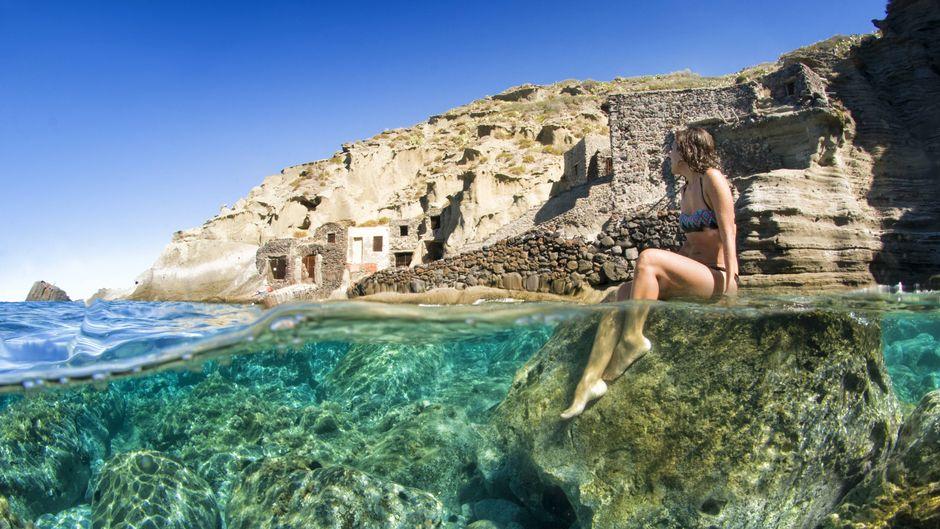 Die alten Bootshäuser in Pollara gehören zu den bekanntesten Sehenswürdigkeiten auf Salina.