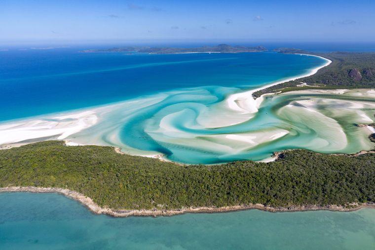 Der Whitehaven Beach in Australien liegt direkt am Great Barrier Reef auf der Insel Whitesunday Island vor der Küste von Queensland. Er ist nicht nur der beliebteste Strand auf Instagram. Tripadvisor-Nutzer wählten ihn auch schon zum Strand Nummer eins von Australien und des Südpazifiks.