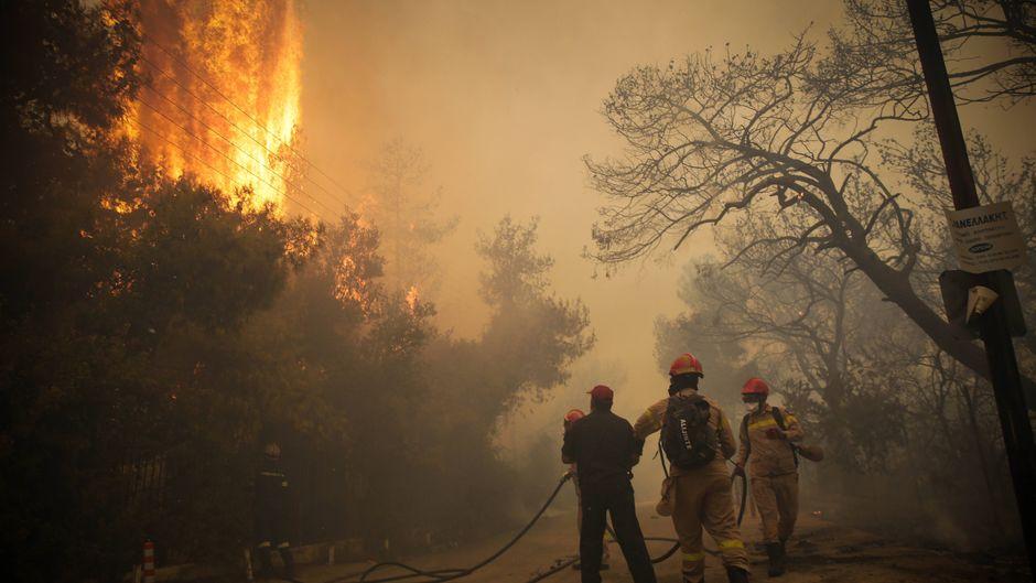 Auch in der Bergregion westlich von Athen brennt es.