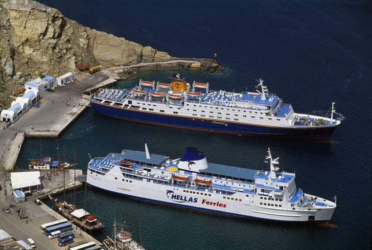Eine tolle Alternative für die Anreise ist die Fahrt mit einer Fähre nach Santorini.